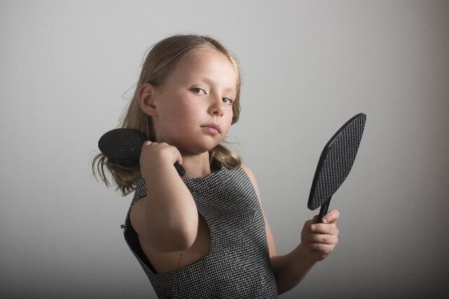 湯シャン前にブラッシングをしている少女 イメージ図